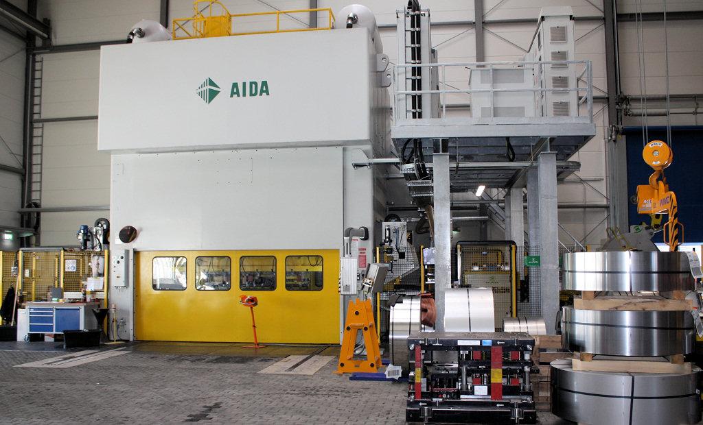 ... Firma Aida Mit Einer Tischgröße Von 4000 X 1500 Mm, Einer Nennkraft Von  8000 KN Und Zwei Hydraulischen Ziehkissen.